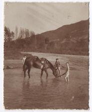 PHOTO ANCIENNE Cheval Équitation Enfant Rivière Boire Sépia Bain Maillot de Lac