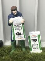 WM078J - Peronnage vidant un sac - nourriture pour chevaux -  -