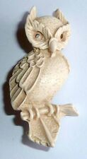 A VINTAGE 1950s CREAM/IVORY COLOURED RESIN OWL BROOCH