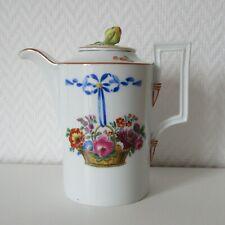 Kleine antike Kanne Meissen mit feinem Blumenkorb mit blauer Schleife