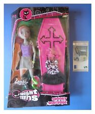 Bambola Twilight Teens Friends ZOMBIA con bara armadio cm 27 tipo Monster High