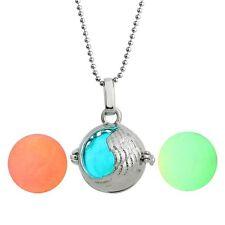 Ball Anhänger mit 3 leuchtenden Perlen und Kugelkette. Silberüberzogen. .