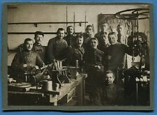 Photo de groupe de soldats, prise dans une armurerie ou un atelier