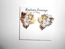 Pendientes forma de hojas en dorado y flor con perlas blancas, cierre de clip