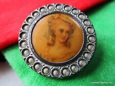 4094 – Lovely Lady Lithograph Under Celluloid Set in Metal 1800's Button Bouton