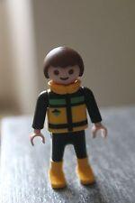 PLAYMOBIL - personnage ENFANT garçon chatain veste noire jaune vert bottes jaune