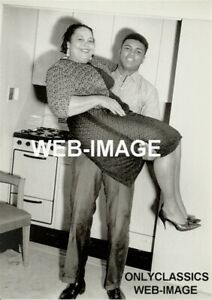 1960 BOXING CHAMPION BOXER MOHAMMAD ALI HOLDS MOTHER PLAYFULLY KITCHEN 5X7 PHOTO
