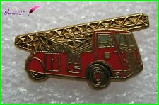 Pin's Camion de Pompier Echelle 24Msur Porteur 1938 signé BALLARD #XE5