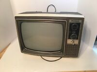 Hitachi P-05 Vintage B&W Television TV Transistor Receiver 1975 Powers On