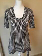 Karen Kane Black /Wht Print Stretch Knit Top Blouse Handkerchief Hem Size Small