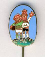 1974 FIFA WORLD CUP in Germany PIN BADGE Football SOCCER Tip & Tap MASCOTS