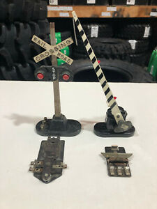 Lionel Post-War: Crossing Gate & Crossing Signal w/ Controllers Good Condition