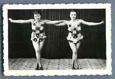 Vietnam, Danseuses de Cabaret  Vintage silver print.  Tirage argentique d&#039