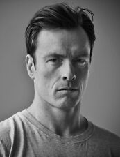Toby Stephens UNSIGNED photograph - 8790 - HANDSOME!!!!!