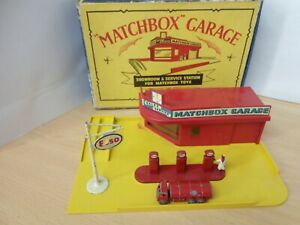 0371-VINTAGE MATCHBOX LESNEY MG1 GARAGE SERVICE STATION AND BOX