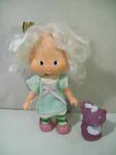 """VINTAGE STRAWBERRY SHORTCAKE ANGEL CAKE 5"""" DOLL WITH SOUFFLE SKUNK PET 1980'S"""