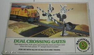HO  BACHMANN  46220 DUEL OPERATING RAILROAD CROSSING GATES New in sealed box