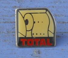 Pin's Total, rouleau d'essuie-tout, fin des années 80-début des années 90