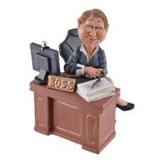 Funny Life - Lady Boss am Schreibtisch sitzend