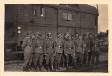 Gruppenfoto deutsche Soldaten am Zug - Fahrt an die Ostfront