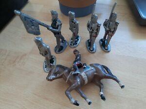 Petits soldats quiralu Cheval et cavalier.Porte-drapeau. Défilé soldats