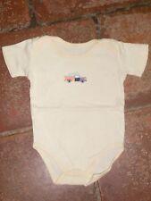 Body bébé manches courtes, marque CARREFOUR, T6M, coton jaune pâle,décor camion