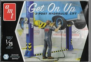 AMT GET ON UP Repair Garage Accessory, 2- Post Hydraulic Lift 1/25 PP17 ST