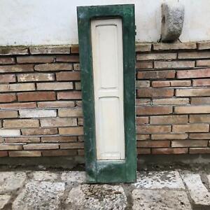 Vecchia antica finestra classica in legno massello ad un anta bugnata con scuro