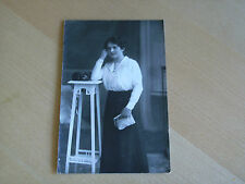 Foto AK 2K71 Junge hübsche Dame lehnt an einen Hocker Dresden ca. 14x9cm