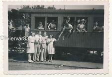 Photo ancienne - personnes et petit wagon de chemin de fer