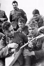WW2 - Caporal russe de l'Armée allemande jouant de la balalaïka - Normandie 1944