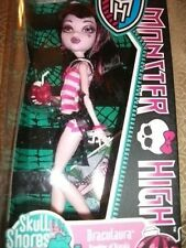 MONSTER HIGH DOLL DRACULAURA  FIRST WAVE SKULL SHORES BNIB (DAUGHER OF DRACULA)