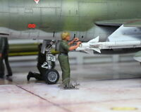 USAF ground Support female crew in airfield 1:48 Pro Built Model