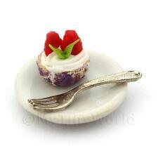 Crema Fresa miniatura en una taza de papel Violeta Magdalena en una placa con un tenedor
