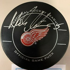 NICKLAS LIDSTROM auto DETROIT RED WING signed autographed GAME puck COA
