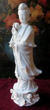 71b Una  bella statua di Kuan Yin in porcellana bianco di Cina