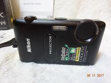 In scatola in buonissima condizione Nikon COOLPIX S1200pj fotocamera digitale 14.1MP - Nero mozzafiato SPEC
