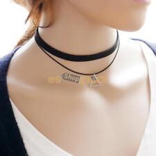 Collier ras de cou noir avec pendentif sigle triangle métal longueur 28-32cm env