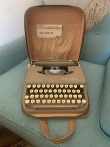 Vintage Smith Corona SKYRITER Portable Manuel  Typewriter w/ Leather Case