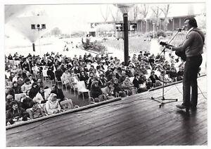 Pressefoto Aushangfoto Bühnenfoto Mike Krüger Auftritt mit Gitarre