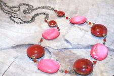 Madre de Perla Y Perlas de cerámica en rosas y rojos, en un collar largo
