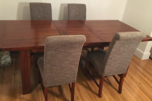 Beautiful solid oak extending dining table and 4 matching
