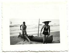 Couple plage sable kayak rame - photo ancienne an. 1950