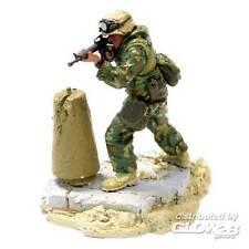 FoV Unimax US Marine GySgt. Chen Modern Soldier hinter Mauer 1:32 Fertigmodell