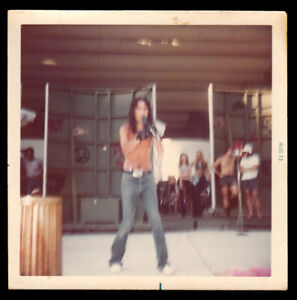SCHOOL'S OUT! ALICE COOPER SINGS in TINY VENUE CONCERT ~1973 SNAPSHOT PHOTO