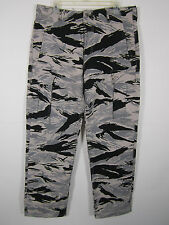 NWT LEVIS CAMOUFLAGE CARGO RELAXED FIT  SIZE 33W  32L