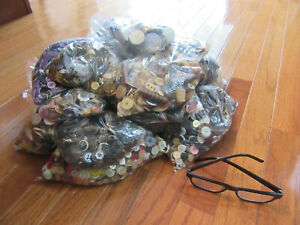 Lot of 13.000+ VINTAGE  Mixed Buttons Metal, Bakelite, Plastic, Wood & More