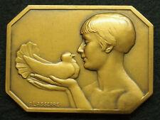 MEDAILLE BRONZE ART DECO P.LASSERRE COLOMBOPHILIE FEMME TENANT LE  PIGEON 61mm