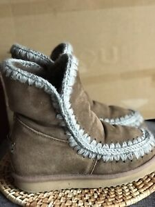 MOU INNER WEDGE SHEEPSKIN WINTER BOOTS Size 3.5 (4?)