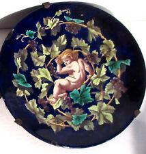 Assiette murale bleu de Tours XIXème, Angelot avec pampres, raisins, vigne